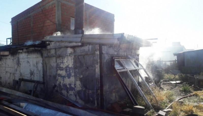 El incendio comenzó en el galpón ubicado en el predio.