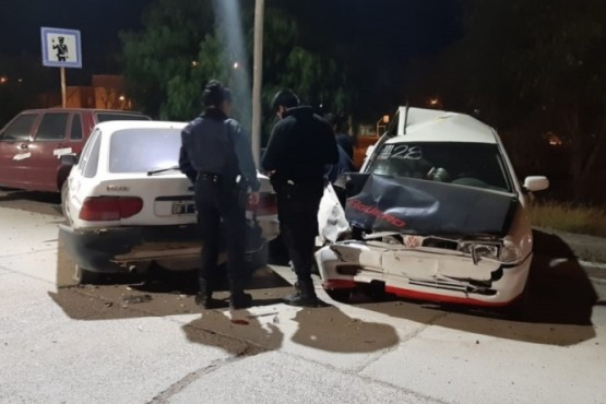 Discutía con su pareja en un vehículo, ella le dobló el volante y terminaron chocando a tres autos