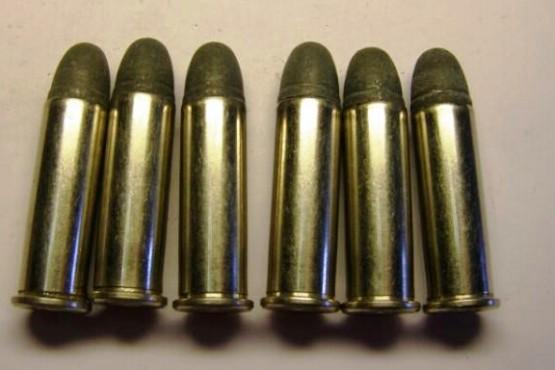 En allanamiento secuestran municiones y cocaína