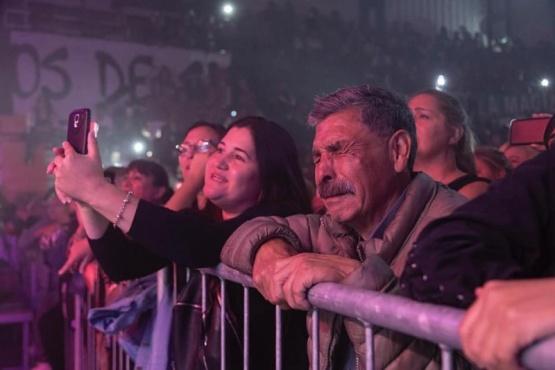 Abuelo emocionado en el recital de Valeria Lynch