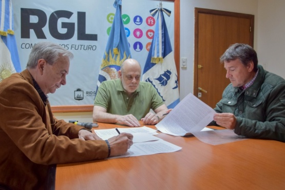 Firmaron contrato para dotar de cloacas las 250 viviendas municipales