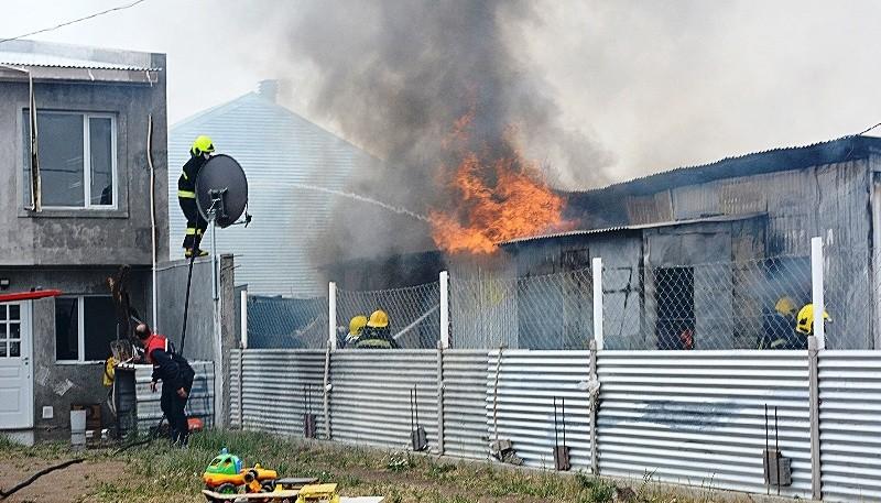 El Incendio consumió en su totalidad la casa de material ligero, donde residía una mujer junto a sus cuatro hijos. (Fotos: C.R.)