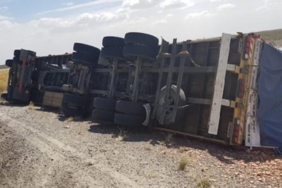 Por el viento volcó un camión cargado