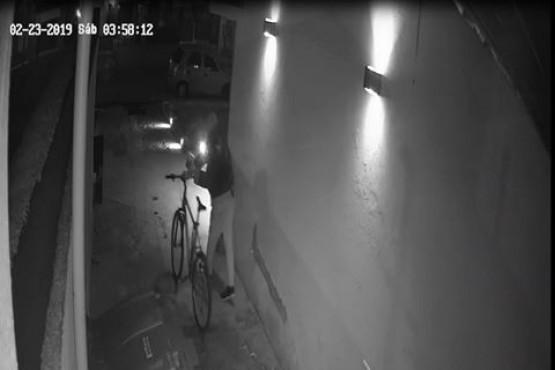 Le robaron la bicicleta con la que iba a su trabajo