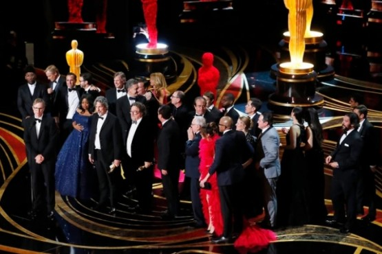"El elenco de ""Green Book"" recibe el premio a mejor película (REUTERS/Mike Blake)"