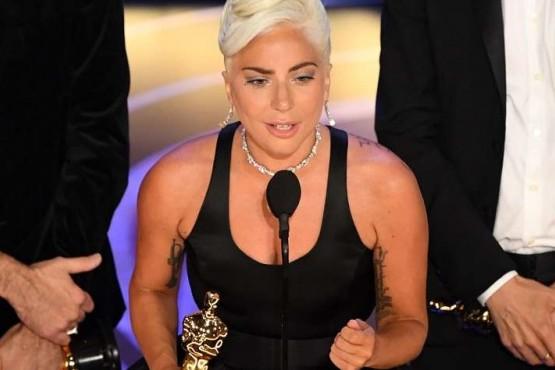 Gana su primer Oscar por 'Shallow'.