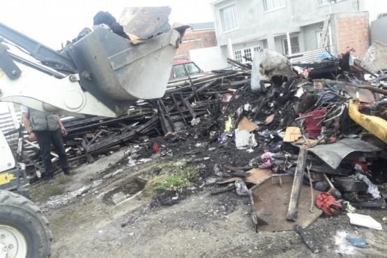 Retiran escombros de vivienda incendiada en Los Lolos