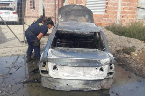 Robaron un auto en el estacionamiento de un supermercado y lo quemaron