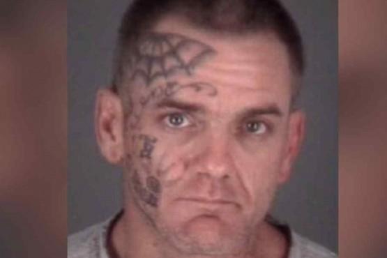 Lo arrestaron por golpear a su novia con una galletita