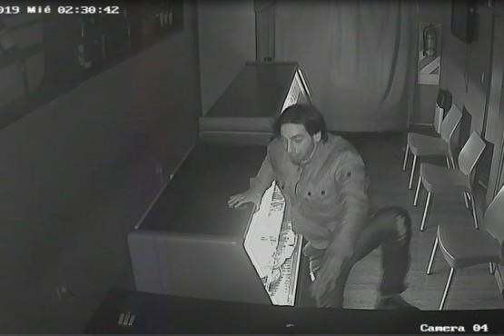 Se viralizó el video del ladrón que se llevó $50 y vinos de un local
