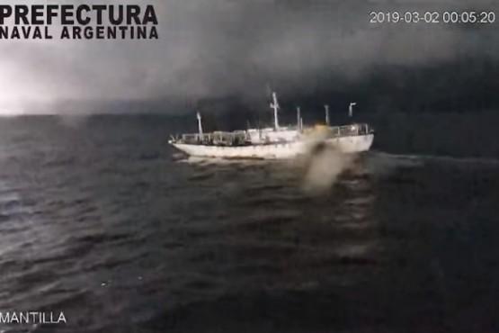 Mirá la Impresionante persecución de Prefectura a un buque chino que pescaba ilegalmente en el Mar Argentino