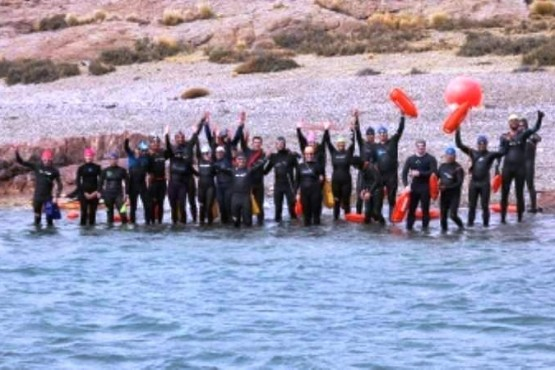 26 nadadores participaron del cruce a nado de Puerto Deseado