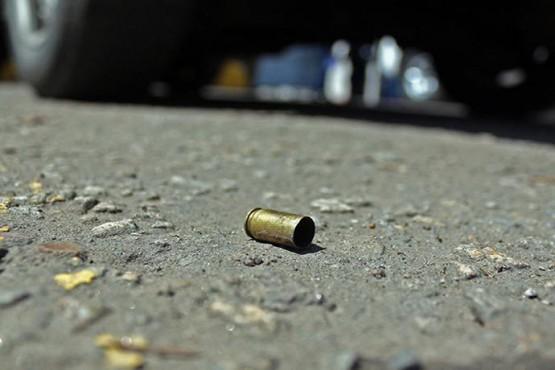 Un adolescente recibió una bala pérdida en el rostro y pelea por su vida