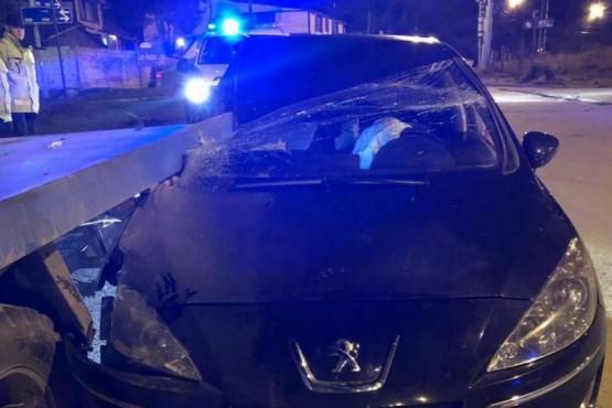 Automóvil chocó contra una grúa