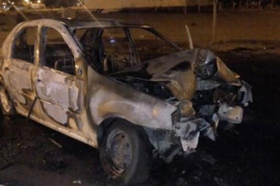 Choque y fuego: los vecinos salvaron al conductor