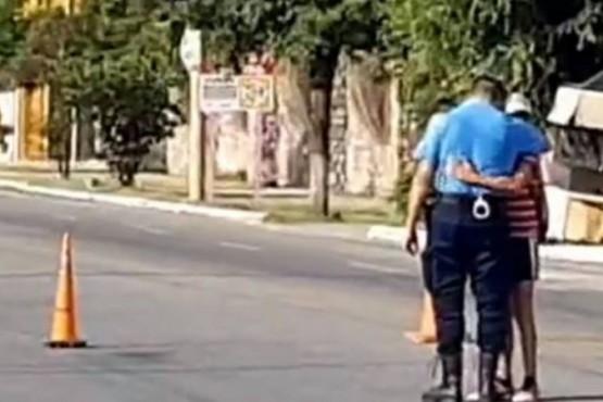 Imagen viral: el policía que llora a su amiguito de 10 años, atropellado cuando iba en bicicleta