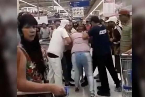A las piñas por la última bandeja de milanesas en oferta en un supermercado