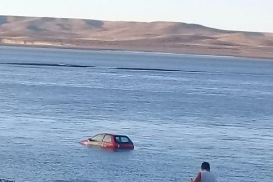 Un coche apareció en medio de la ría