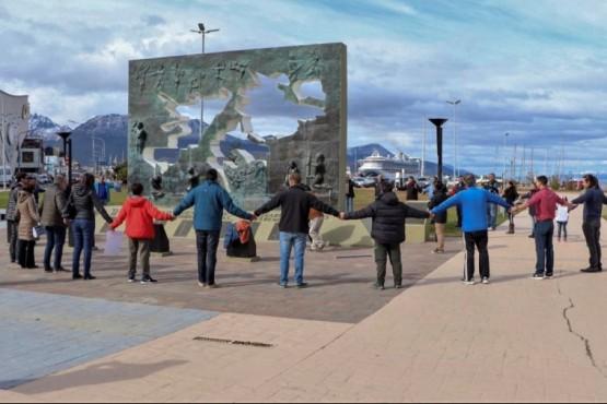 Abrazo simbólico al monumento de Malvinas