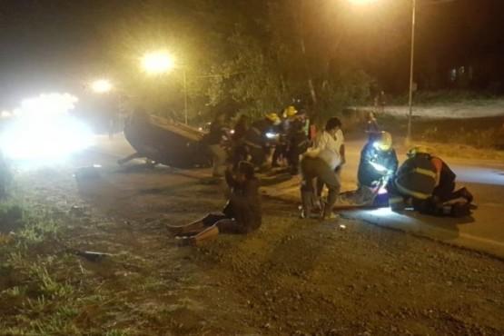 Tres jóvenes heridos tras volcar en el acceso a El Bolsón