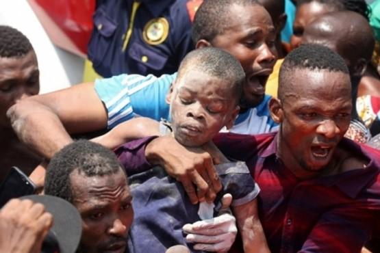Más de 100 chicos quedaron atrapados en el derrumbe de una escuela