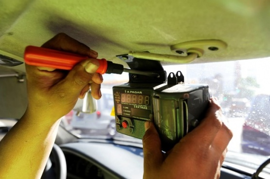Roban reloj taxímetro a mujer taxista