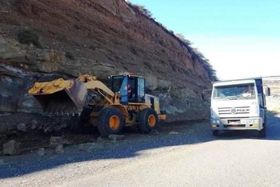 Por derrumbes, debieron trabajar sobre la Ruta Nacional N°40