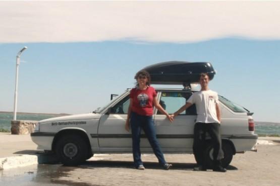 Martín y Eugenia junto a su Renault 11 en Puerto Deseado