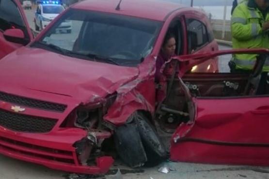 Violento choque entre un vehículo y un camión