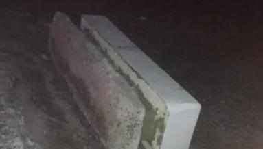 Un banco de cemento le aplastó la pierna a una nena