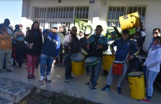 Protesta de desocupados de UOCRA por demora en el pago desubsidios