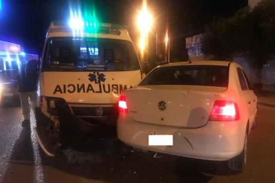 Ambulancia iba asistir una emergencia y chocó con un auto