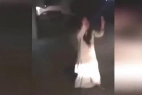 Unos vecinos filmaron a una mujer poseída con el celular
