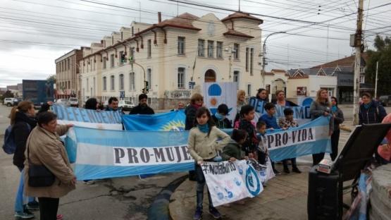 """Los """"Pro vida"""" se movilizaron en Río Gallegos"""