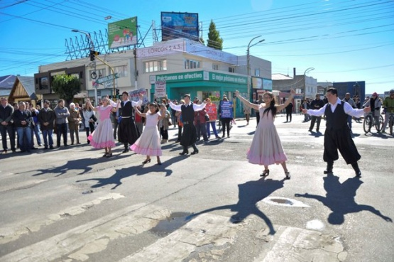 """Bailarines de """"Kimen Nahuen"""" danzaron en el izamiento"""