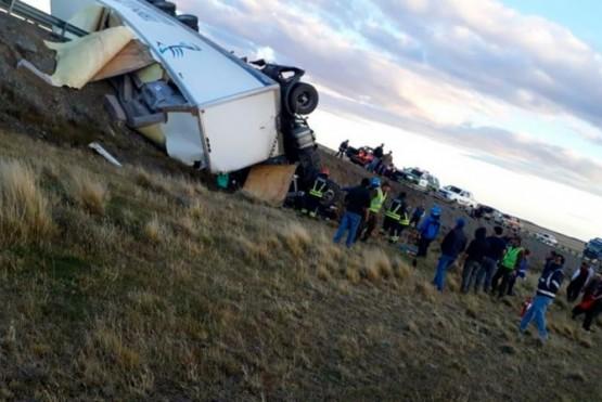 Un camionero quedó atrapado en su vehículo tras un vuelco
