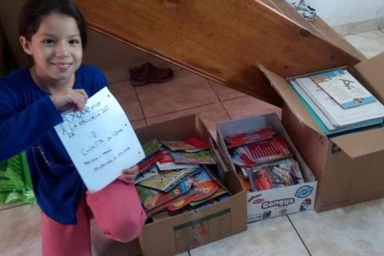 Alumna junta libros para la biblioteca de su Escuela que fue incendiada
