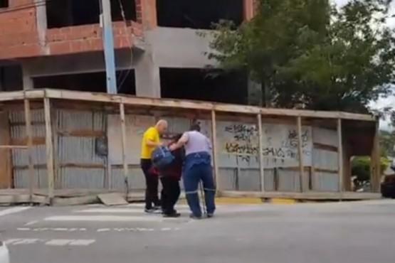 Pararon el tránsito para ayudarlo a cruzar la calle