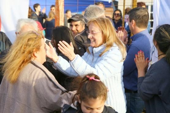 La Gobernadora ayer en el barrio Santa Cruz. (C.G.).