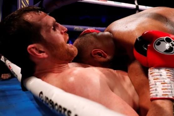 Le mordió parte del abdomen a su rival, fue descalificado y se marchó entre una lluvia de basura