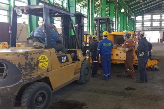 Técnicos trabajan en la puesta en marcha de nuevo equipamiento