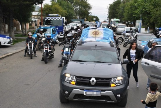 Veteranos, vecinos, motoqueros, clubes fierreros y taxistas colorearon de celeste y blanco las calles. (J.C.C.)