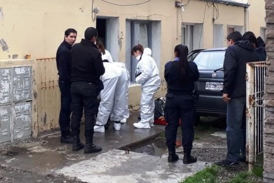 Efectivos de la Comisaría Segunda y de la División Criminalística efectuaron pericias en la vivienda del padre de las niñas. (C.R.).