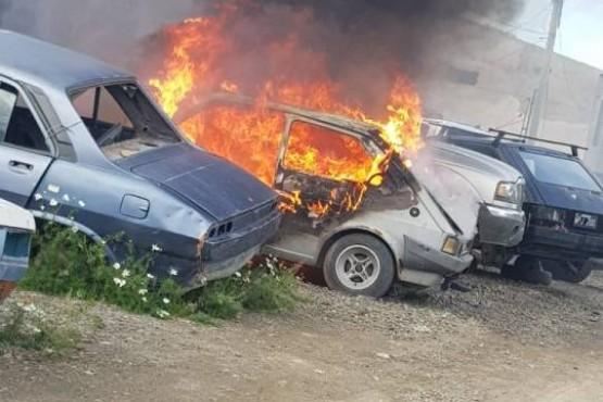 Se incendió un auto y quedó destruido