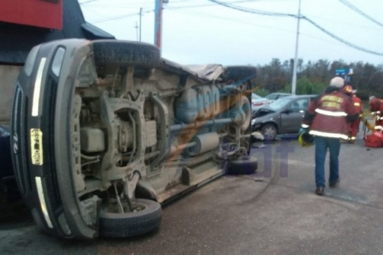 Violento choque terminó con uno de los vehículos volcado