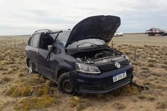 El Volkswagen Suran que se dirigía a la localidad portuaria, se salió de la calzada y terminó a los tumbos. (Angel Quintanal)