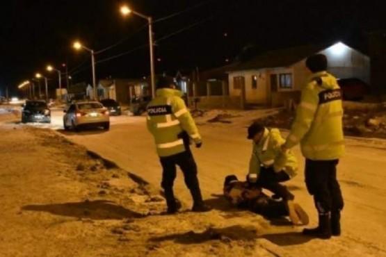 Detienen a hombre que intentaba robar una rueda de camioneta