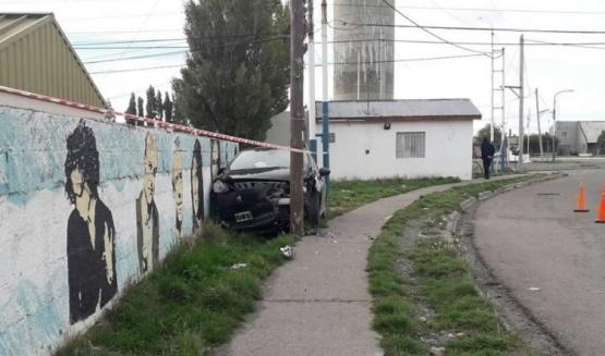 Se estrelló contra un paredón y le secuestraron el auto