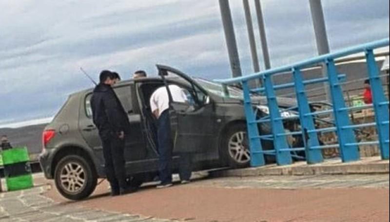 El Peugeot 307 atravesó la baranda metálica.