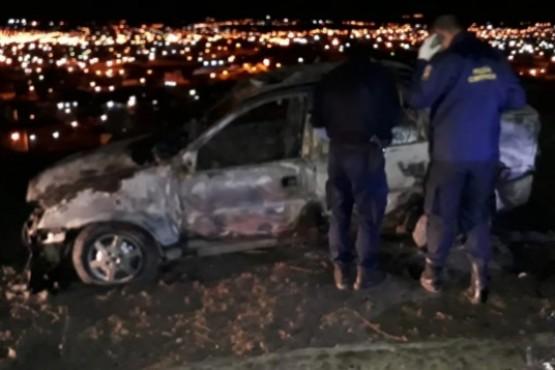 Encuentran un auto quemado y un hombre muerto en el interior